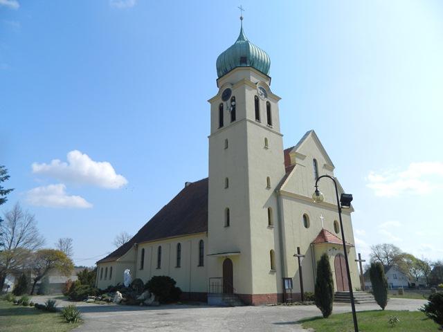 kościół w Dąbrówce Dolnej - widok ogólny.jpeg